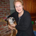 alter Hund mit Frau