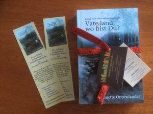 Buch als Geschenk mit Lesezeichen