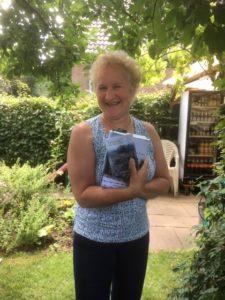 Lächelnde Frau mit Buch
