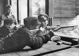 Junge bei Schießübung zweiter Weltkrieg