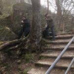zwei Männer positionieren Kameras im Wald